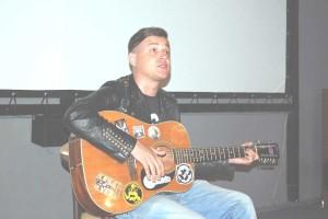 із-гітарою